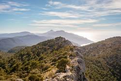 Wandern auf dem Bergkamm auf Mallorca