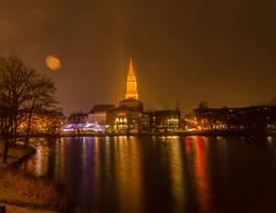 Kieler Skyline mit Rathausturm bei Nacht