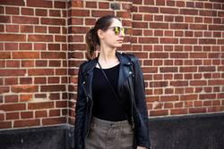 Frau mit Sonnenbrille 2