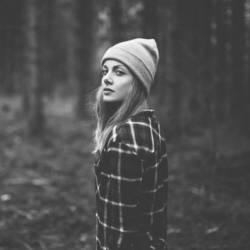 Mit Mütze im Wald