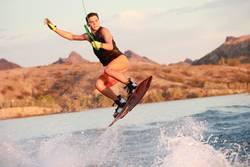 Junger Mann Wakeboarden