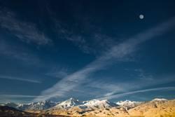Die östlichen Sierras mit dem Vollmond