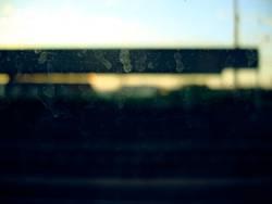 Dreckiges Bahnfenster mit Fingerabdrücken