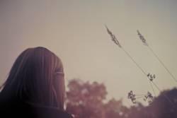 Mädchen mit Strohhalmen
