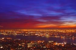 Rot-blauer Himmel über New York..