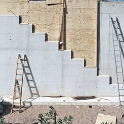 Beton, Holz und Leiter