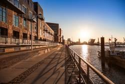 Hamburger Hafen und Dockland im Gegenlicht der Morgensonne