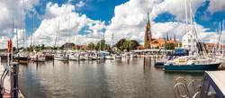 Panorama des Yachthafens von Schleswig mit dem Schleswiger Dom