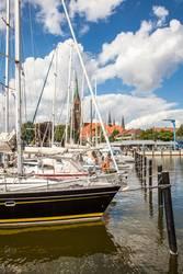 Yachthafen von Schleswig mit dem Schleswiger Dom im Hintergund