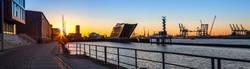 Panorama des Hamburger Hafen im Gegenlicht der Morgensonne