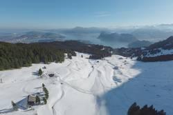 Verschneites Skigebiet auf den Bergen bei Sonneneinstrahlung