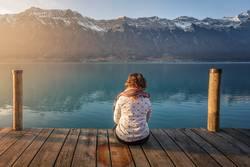 Frau auf dem Pier in den Bergen
