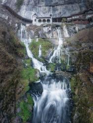Malerischer Wasserfall auf hoher Klippe