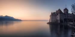 Ruhige Seelandschaft bei Sonnenuntergang