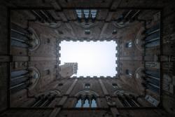 Perspektivischer Blick vom Innenhof auf den Steinturm