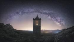 Altes Gebäude unter nächtlichem Sternenhimmel