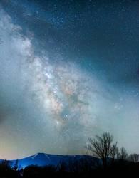 Berglandschaft unter Milchstraßenhimmel