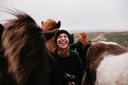 Lachende Frauen mit Pferden