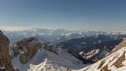 Verschneiter Ski auf den Bergen bei Sonneneinstrahlung