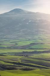 Erstaunliches grünes Tal mit Bergen