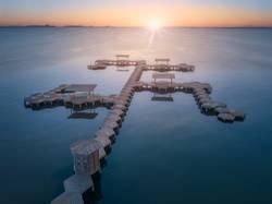 Überwasserpier des Resorts bei Sonnenuntergang