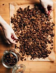 Selbstgemachtes Granola / Knuspermüsli auf Backpapier