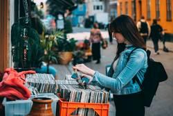 Frau stöbert durch Vinyl Schallplatten am Straßenrand