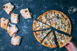 Pizza und Pizzabrötchen auf dunklem Hintergrund