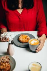 Frau in rot bei Kaffee und Kuchen