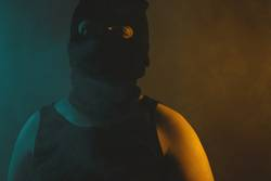 lichtfroher Maskenmann