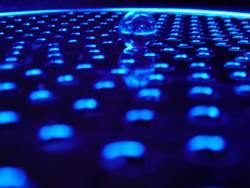 Murmel im blauen Neonschein
