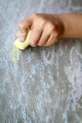 Fingerspitzengefühl l mit Kreide malen, ohne quitschen.