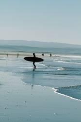 Surfer am Strand von Sidi Kaouki, Marokko.
