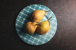 Birnen auf einem Teller