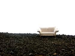 weisses Sofa auf schwarzem Stein