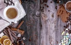 Grauer hölzerner Hintergrund mit schwarzem Kaffee