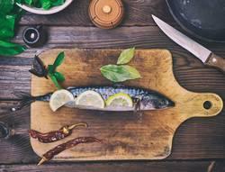 Makrele auf einem hölzernen Küchenbrett