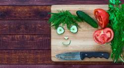 Smiley-Gesicht aus Stücken von frischem Gemüse