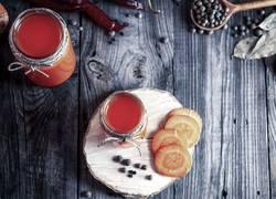 Frischer Karottensaft in den Glasgläsern, Draufsicht