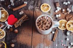 Kakao mit Marshmallows trinken