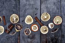Scheiben der Orange und der Zitrone auf einer grauen Holzoberfläche