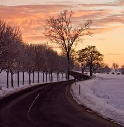 Straße am Morgen in den Sonnenaufgang
