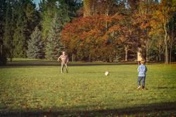 Opa & Enkel spielen Fußball