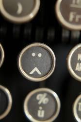Smiley auf alter Schreibmaschine 2/3