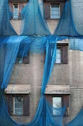 kaputtes blaues Gerüstnetz an alter Fabrik II