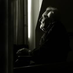 senior sitzt am fenster