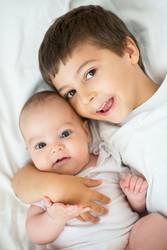 Bruder und Schwester in weiß