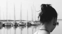 Frau am Hafen