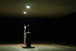 Tankstelle (Zapfsäule) bei Nacht