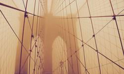 Die Brooklyn Bridge und der Nebel